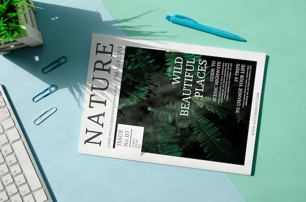 Revista nature ao lado do teclado mock up