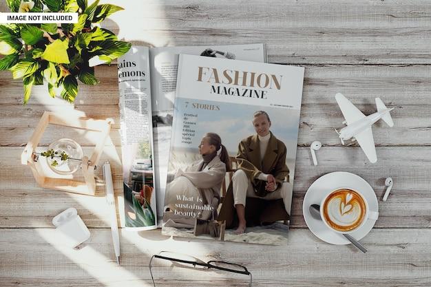 Revista ou catálogo em maquete de superfície de madeira