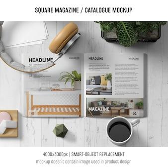 Revista quadrada ou maquete de catálogo com fones de ouvido e café