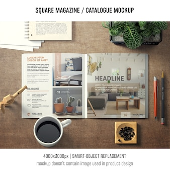 Revista quadrada ou maquete de catálogo com vários objetos