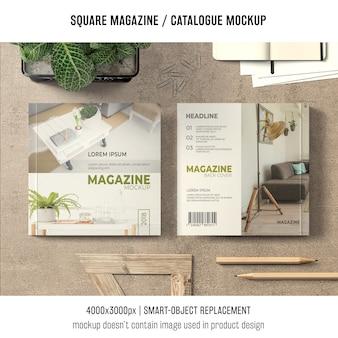 Revista quadrada ou maquete de catálogo na mesa