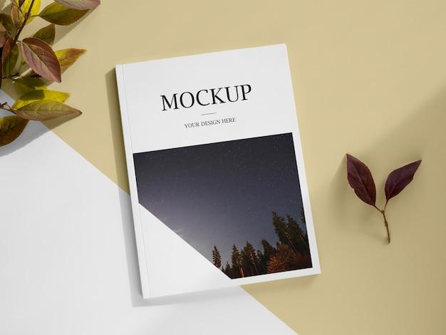 Revista vista acima e arranjo de folhas