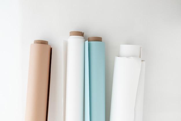 Rolos de papel ao lado da maquete da parede