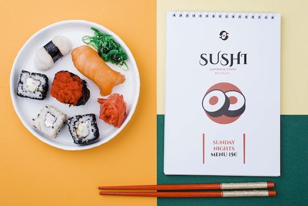 Rolos de sushi com notebook