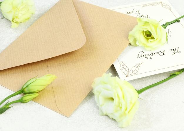 Rosas e ofício envelope em fundo cinza Psd Premium