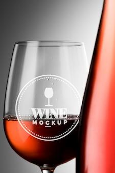 Rótulo da garrafa de vinho e simulação de vidro de perto