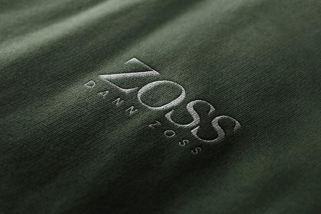 Roupa de maquete de logotipo com textura bordada