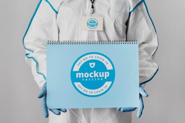 Roupa médica e maquete de notebook