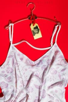 Roupas de camisa feminina e maquete de marca
