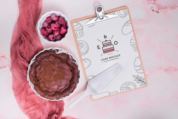 Saboroso bolo com framboesas congeladas