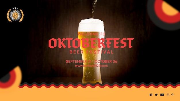 Saboroso copo de cerveja oktoberfest com espuma