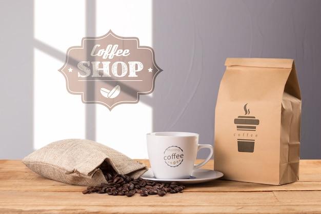 Saco de café com copo ao lado