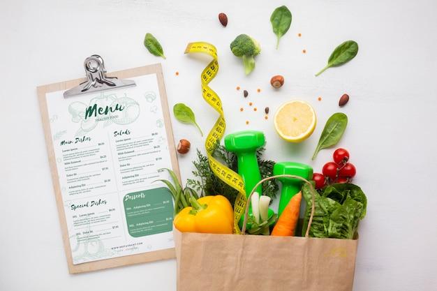 Saco de papel cheio de deliciosos alimentos orgânicos e menu de dieta