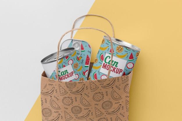 Saco de papel com latas