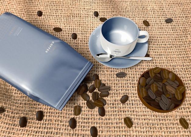 Saco de papel com maquete de grãos de café