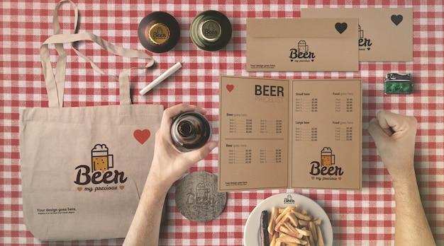 Saco de papel e cartão de menu maquete