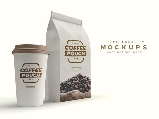 Saco de papel marrom artesanal e maquete de xícara de café