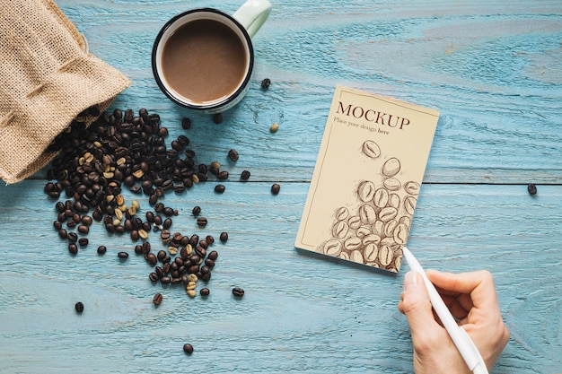 Saco de tecido com vista superior cheio de grãos de café