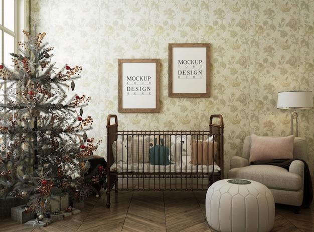 Sala de berçário com moldura de pôster de maquete e árvore de natal