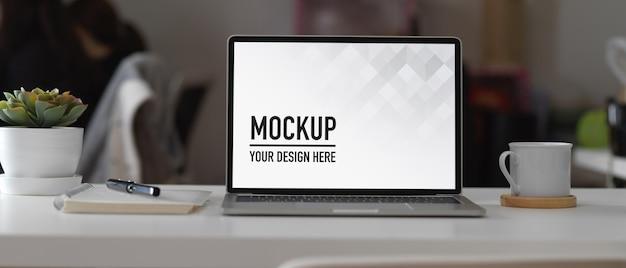 Sala de escritório moderna com tablet de tela de maquete
