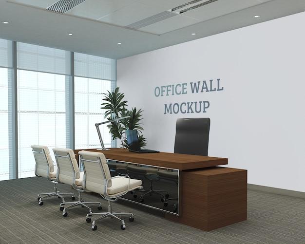 Sala de trabalho com grandes janelas de vidro e maquete de parede