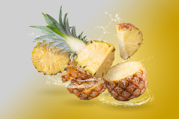 Salpicos de água na fruta de abacaxi dividida isolada sobre fundo alfa