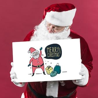 Santa apresentando maquete de placa de papel