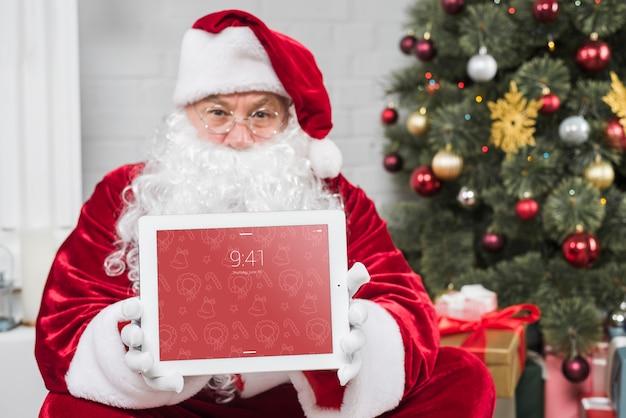 Santa apresentando maquete de tablet