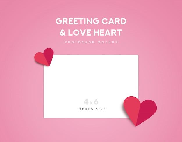 Saudação cartão 4x6 polegadas tamanho e dois origami de coração de amor vermelho dobre no fundo rosa