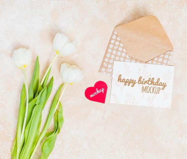 Saudação de aniversário vista superior com flores
