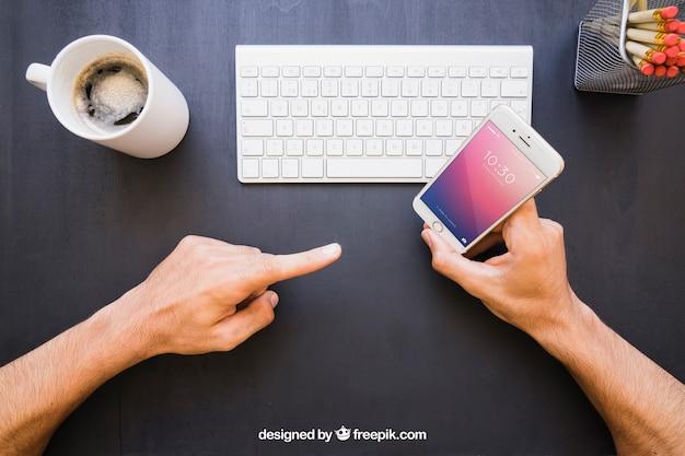 Secretária e telefone com apontador de dedo