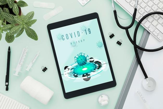 Secretária médica com arranjo de tablet
