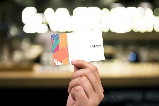 Segurando uma maquete de cartão de visita