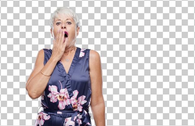 Senior cool mulher olhando sem entusiasmo e entediado