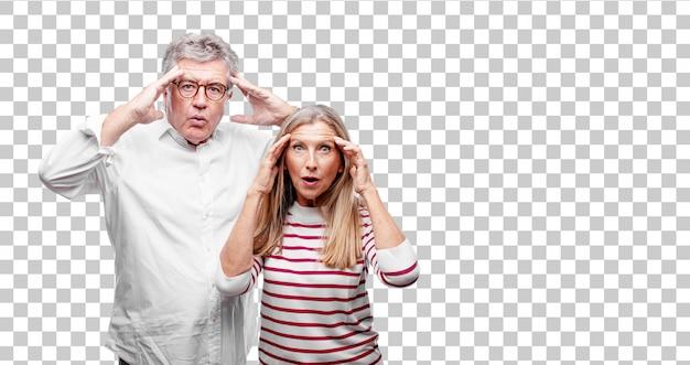 Senior legal marido e mulher com uma expressão surpresa e espantada e boca aberta em estado de choque.