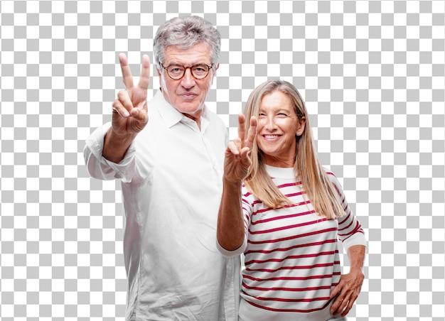 Senior legal marido e mulher sorrindo e olhando satisfeito e feliz, contando o número dois