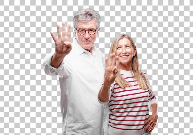 Senior legal marido e mulher sorrindo e olhando satisfeito e feliz, contando o número quatro