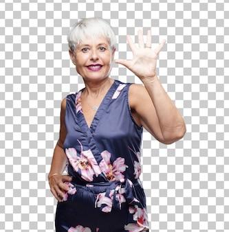 Senior legal mulher sorrindo e olhando satisfeito e feliz, contando o número cinco