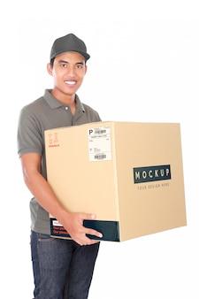 Serviço de entrega de homem com pacote de maquete isolado no branco