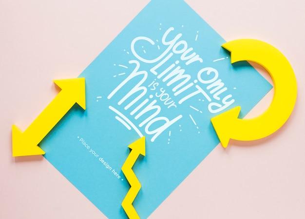 Setas amarelas e letras em papel