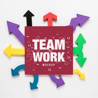Setas coloridas com cartão de trabalho em equipe