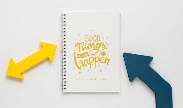 Setas coloridas e maquete de caderno