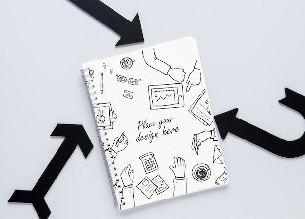 Setas pretas e notebook com rabiscos