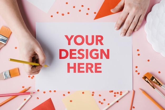 Seu design aqui com pincéis e mãos