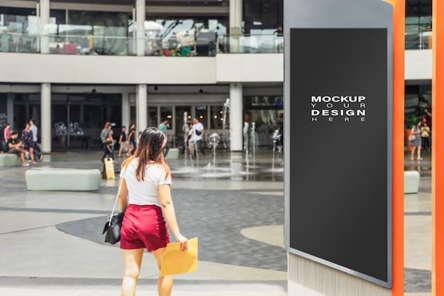 Simulação em branco acima do cartaz de propaganda de cartaz de rua na cidade para a sua publicidade