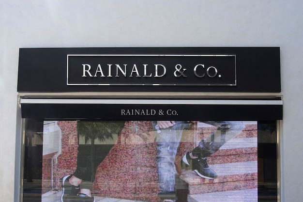 Sinal de fachada de maquete de logotipo cromado