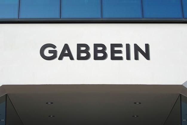 Sinal de fachada de maquete de logotipo preto