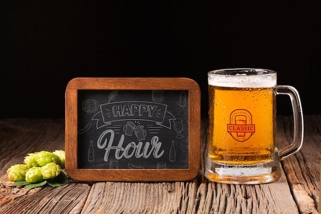 Sinal de happy-hour com caneca de cerveja ao lado