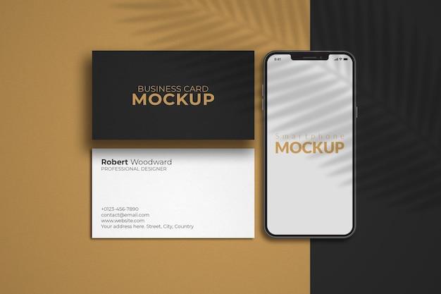 Smartphone com maquete de cartões de visita