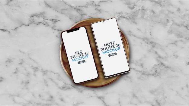 Smartphone com sistema operacional diferente em maquete de placa de madeira isolada